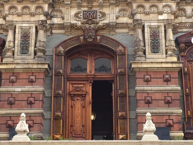 Puerta de entrada con el año de su inauguración