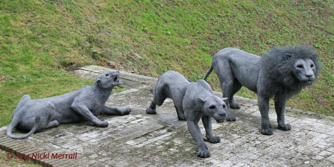 Tres leones hechos con malla metálica, por el artista Kendra Haste
