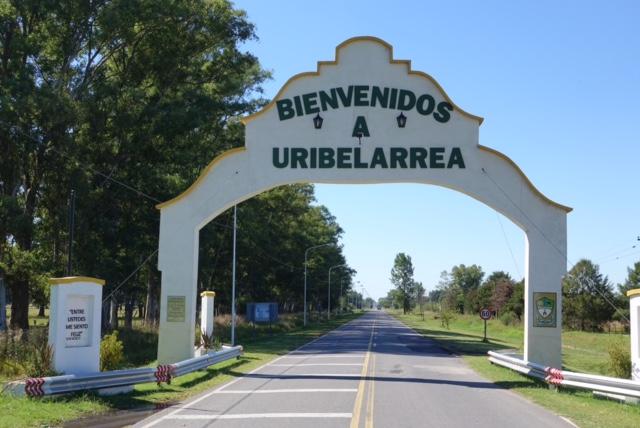 Arco de entrada al pueblo y un Bienvenidos a otro mundo.
