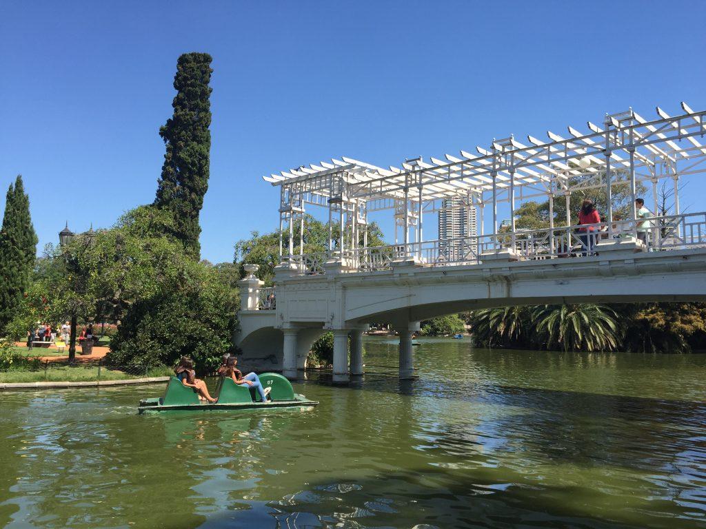 Puente de los enamorados en el Paseo del Rosedal