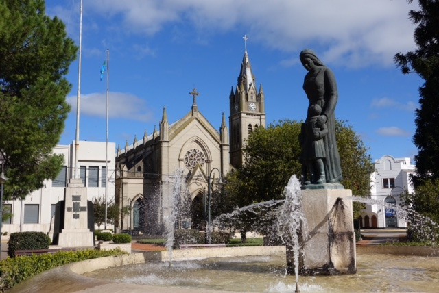 Plaza 1810, Monumento a la Madre y la Iglesia Nuestra Señora del Carmen de fondo