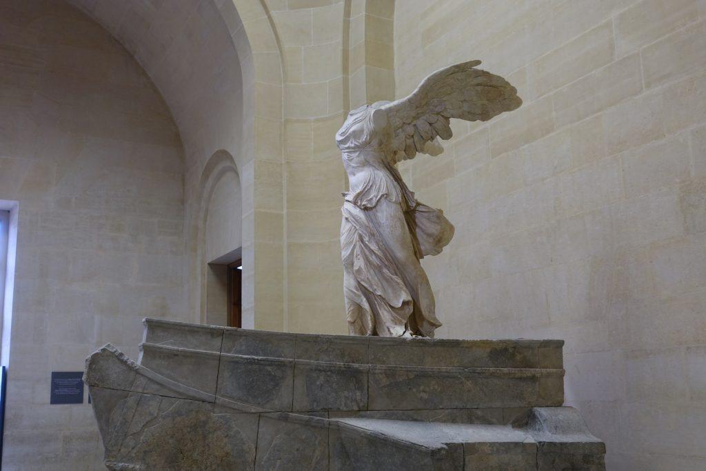 Victoria de Samotracia, del siglo II aC. La estatua pertenecía a la proa de un barco y nunca se hallaron los brazos y la cabeza.