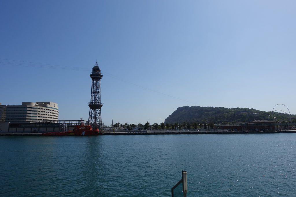 Puerto de Barcelona desde La Rambla y de fondo el Montjuic